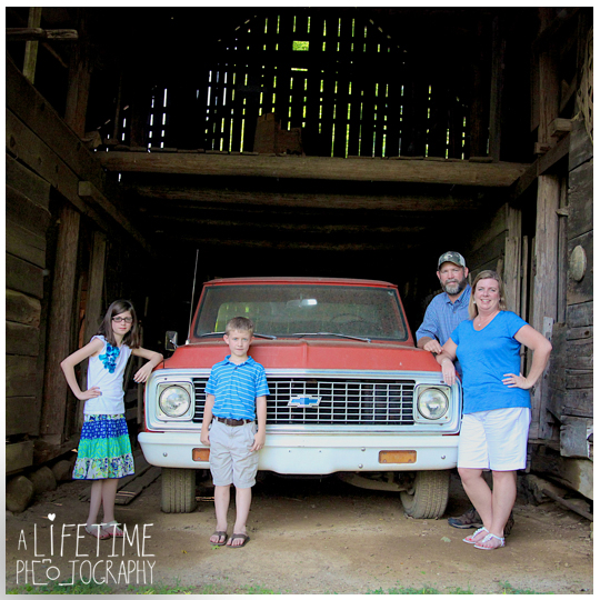 Family-Photographer-in-Gatlinburg-Pigeon-Forge-Sevierville-TN-Emerts-Cove-Covered-Bridge-Vacation-Photos-Smoky-Mountains-1