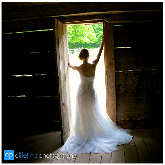 Wedding-Photographer-in-Pigeon_Forge-Gatlinburg-Sevierville-Knoxville-TN-Smoky-Mountain-Bride-Groom-elope-marraige-Mountain-View-Motor-Nature-Trail-Photography-waterfalls-cabins-cabin-ceremony-pictures-photos-Session-Johnson-City-Kingsport-Bristol-14