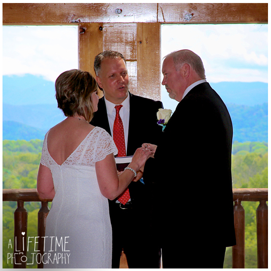 Wedding-photographer-Sevierville-Pigeon-Forge-Gatlinburg-Mountain-Pool-Lodge-Eden-Crest-cabin-ceremony-photography-5