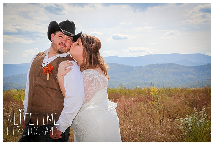 wedding-photographer-wedding-bell-chapel-smoky-mountains-gatlinburg-pigeon-forge-seviervile-knoxville-townsend-tennessee-cabin-reception_0028