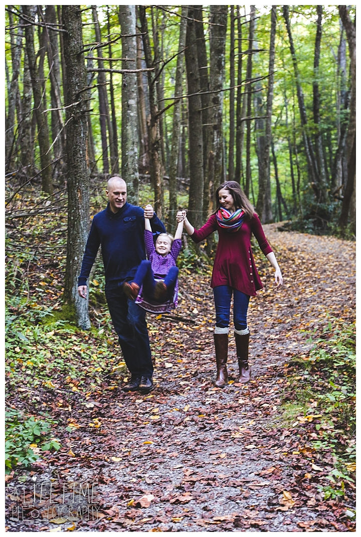 family-photographer-roaring-fork-motor-nature-trail-smoky-mountains-gatlinburg-pigeon-forge-seviervile-knoxville-townsend-tennessee_0054